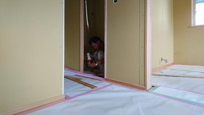 清水町 住宅新築工事 巾木の取付