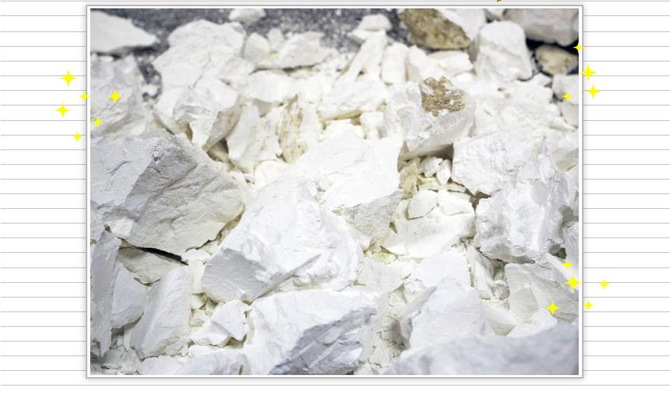 真っ白な燃焼された石灰石