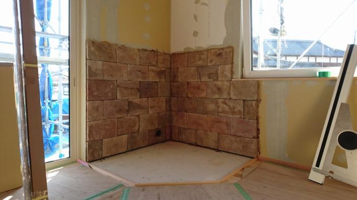 富士市新築住宅 薪ストーブの防火壁のモルタル造形完成