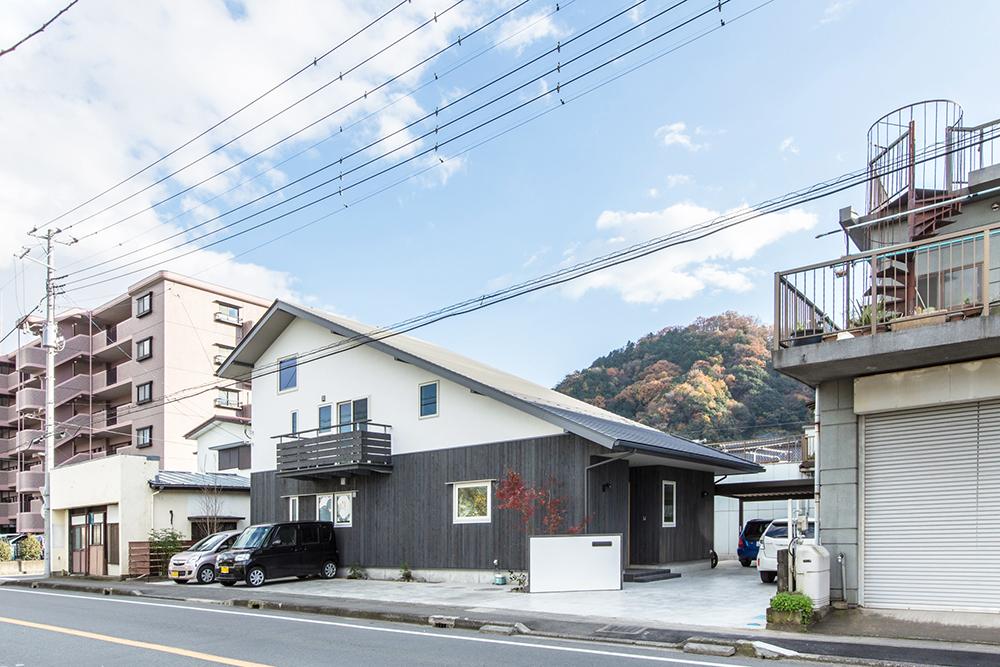 幹線道路沿いに建つ大屋根の家。