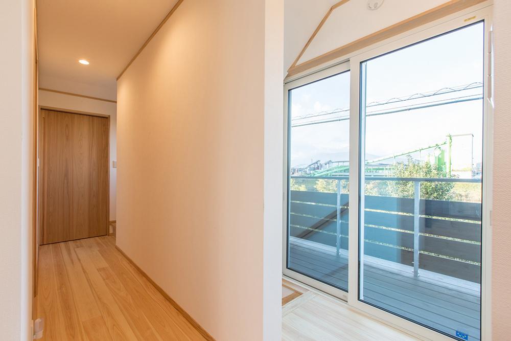 二世帯住宅はどうしても大きくなるので、採光や通風に注意し、北側にも積極的に開口部を設ける。