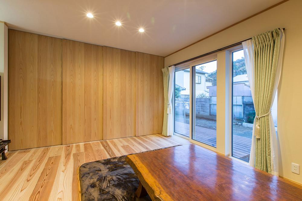 リビングとキッチンは、木の建具で間仕切れるように。