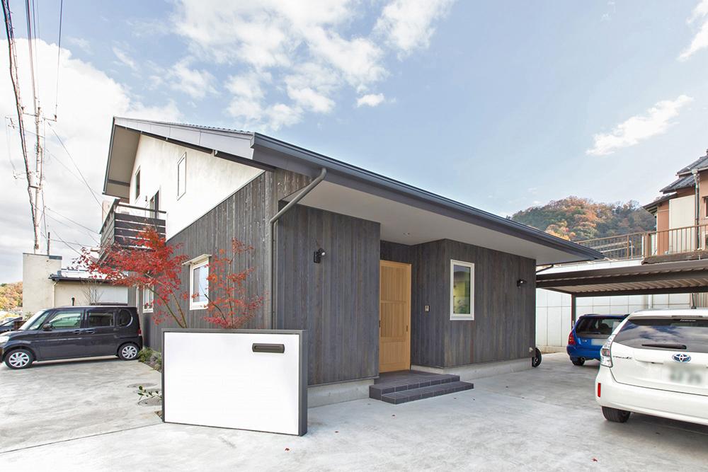 外壁は、縦の羽目板にしてグレーに塗り、土佐のシックイの白とコントラストを付けて、少し和風に。