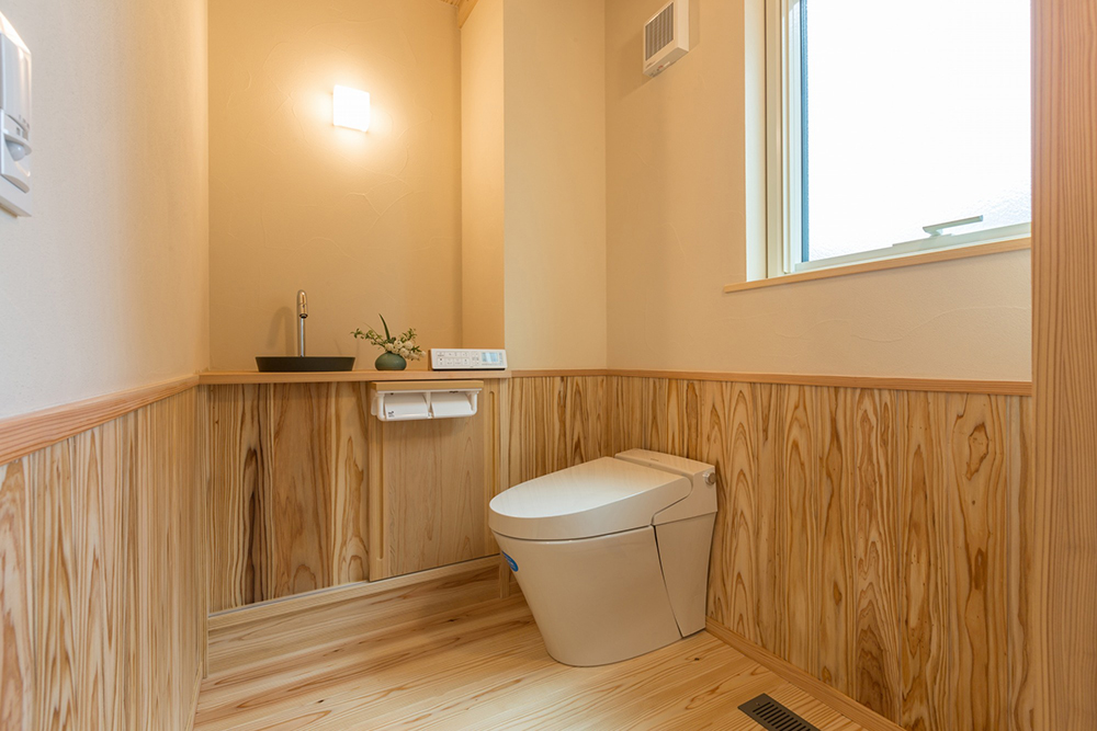 木の香る広々トイレ。