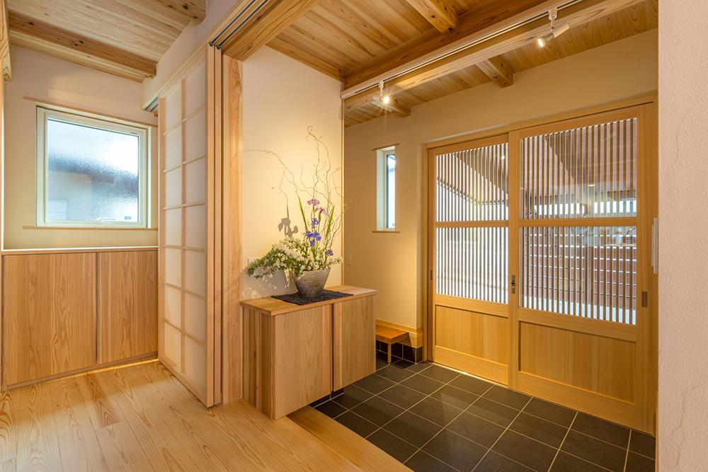 玄関引戸はヒバで制作。障子でLDKと区切ることも出来る。