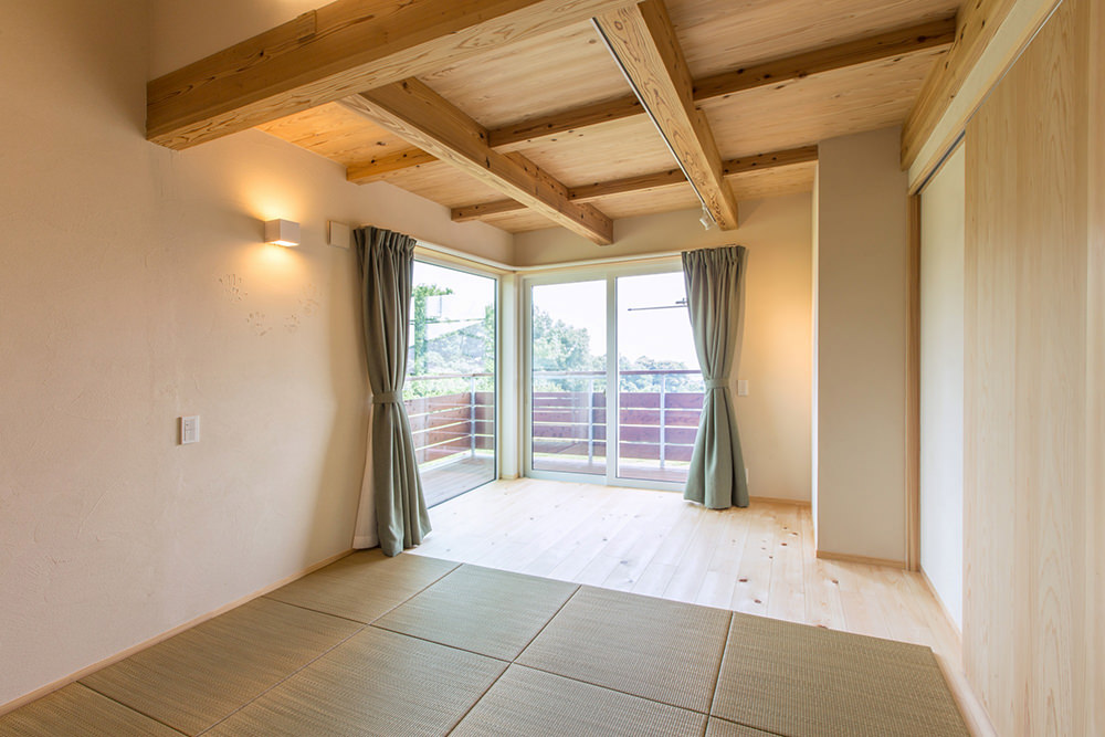 二階の寝室は南東角を開口し、明るく風通しがよく、景色も最高。