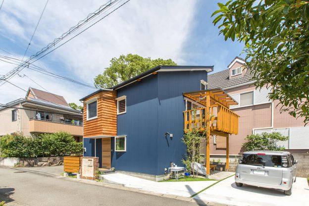 木とガルバリウムのコントラストが美しい外観。 30坪の敷地に、延床面積が22坪弱のいわゆる狭小住宅だが、中は以外にも…!