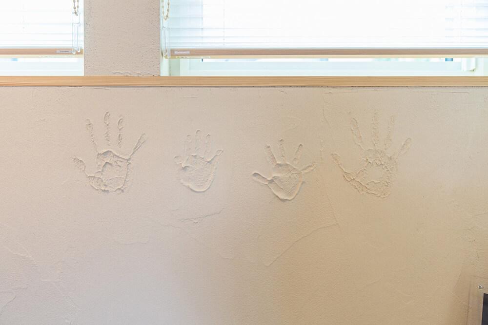 内装の珪藻土塗りはDIYで頑張ったので、畳コーナーには家族の記念の手形が…笑。