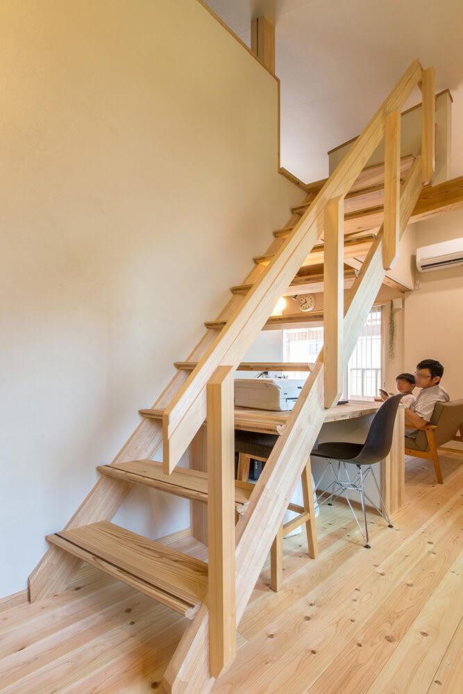 通路が狭くならないように、工夫して斜めに組み上げた、大工の手作りの階段がロフトに繋がる。
