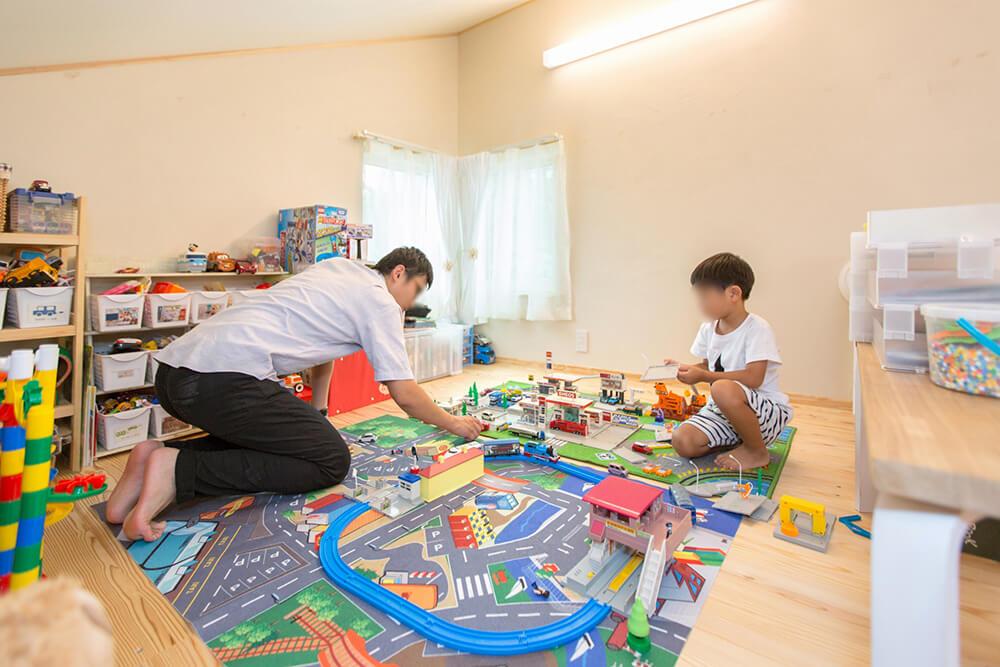 ロフトは高さが取れないが、子供たちの秘密基地だ。ロフトを有効に使うことで、狭小住宅ながら子供部屋を確保している。ロフトが熱くならない高断熱だからこその技。