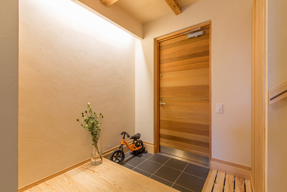 木のドアを入ると、間接照明の玄関。