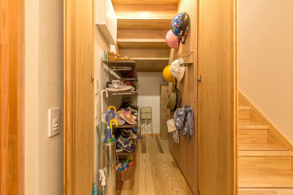 階段下収納。メーターモジュールなので、思ったよりもかなり収納力があったと奥様に喜ばれた。