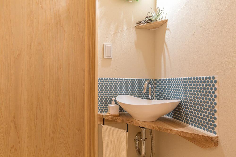脱衣室の洗面化粧台とは別に、帰宅してすぐに手を洗えるコーナーがある。