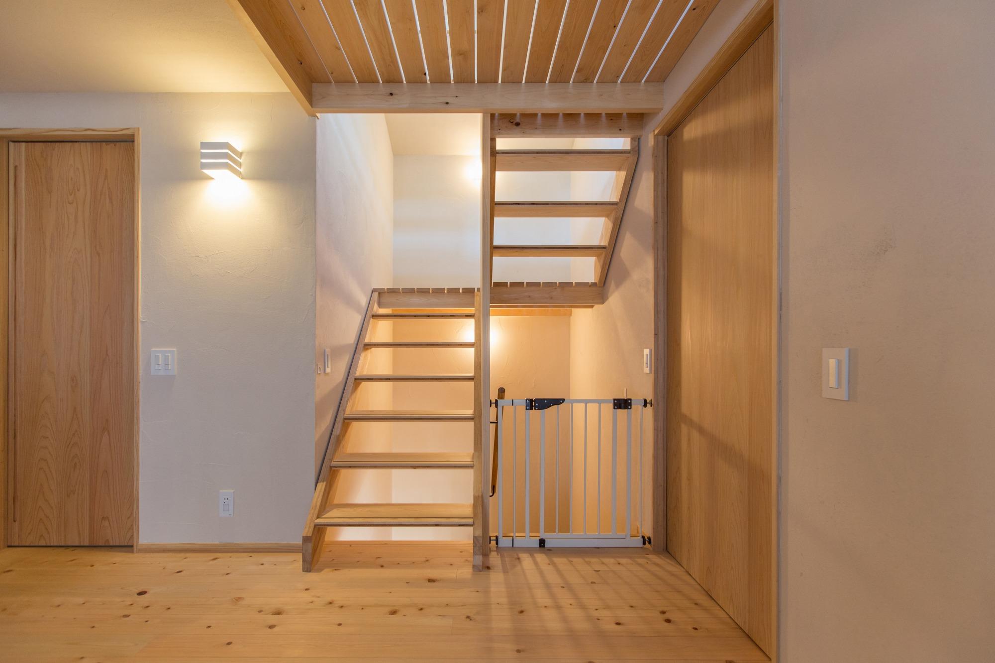 スケルトン階段で、軽やかな印象に。天窓からの光と風が抜ける。