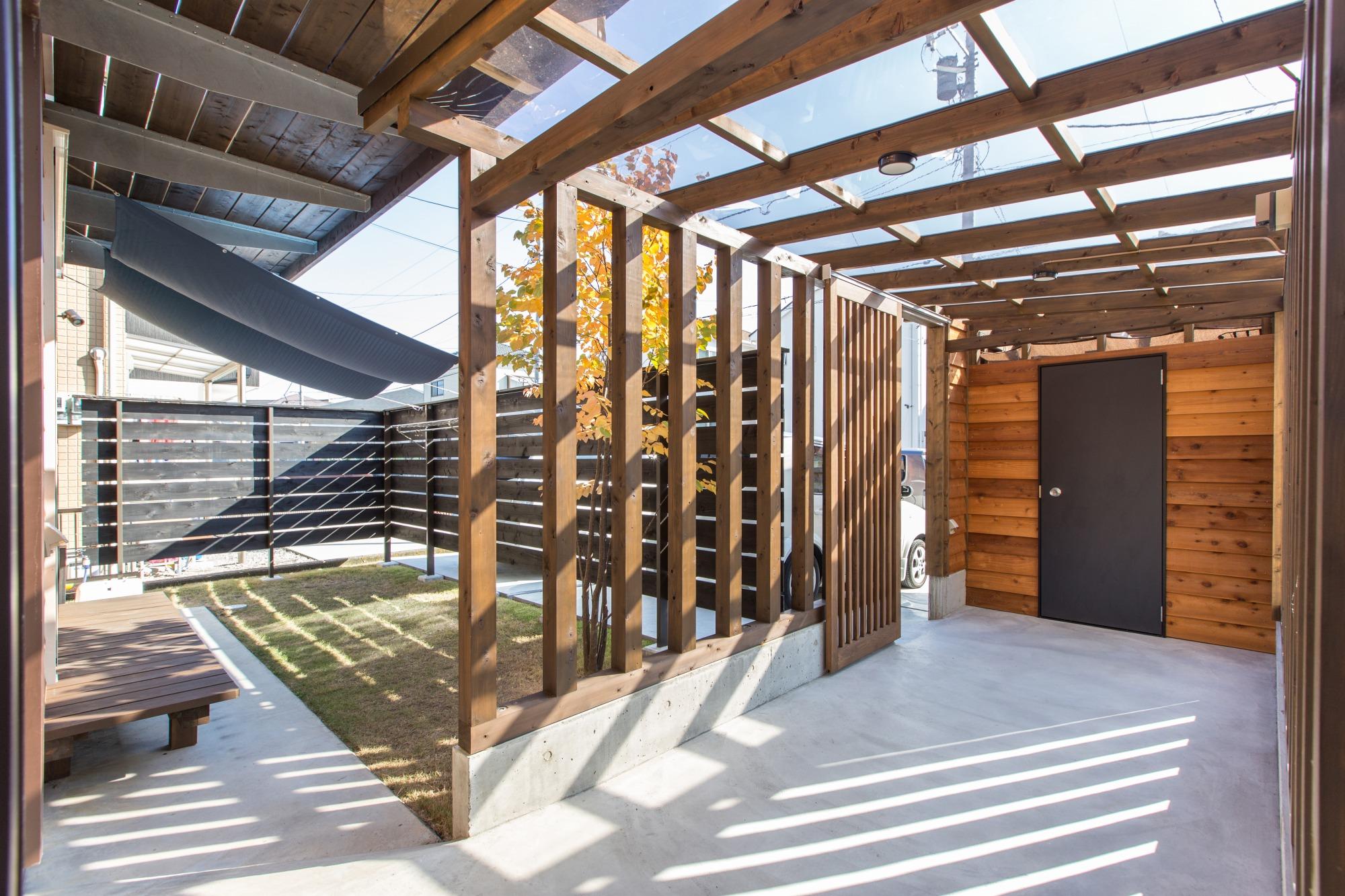 玄関から倉庫に続くアプローチは、雨の日も濡れずに移動できる。