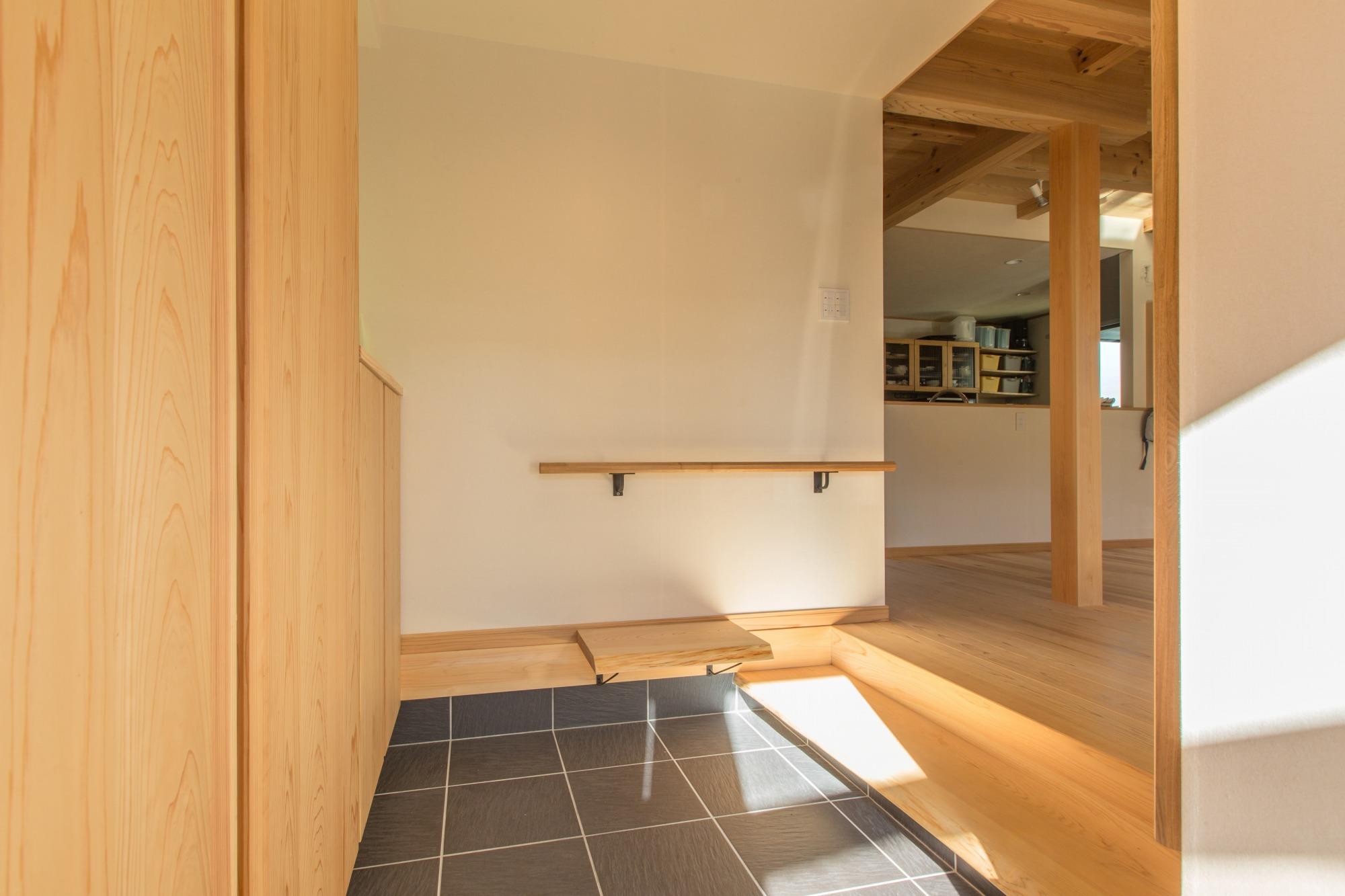 玄関には手すりと腰掛けベンチを取付け。将来的にも安心。