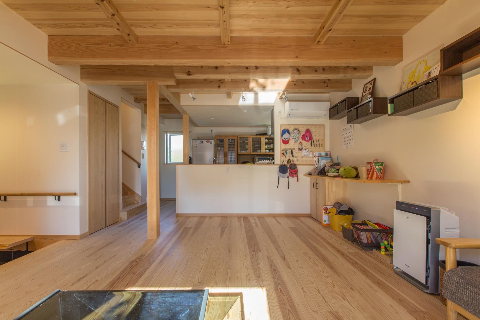 1階リビングからの眺め。無垢の床板と、構造材をそのまま見せた天井。木の温かみを感じる。