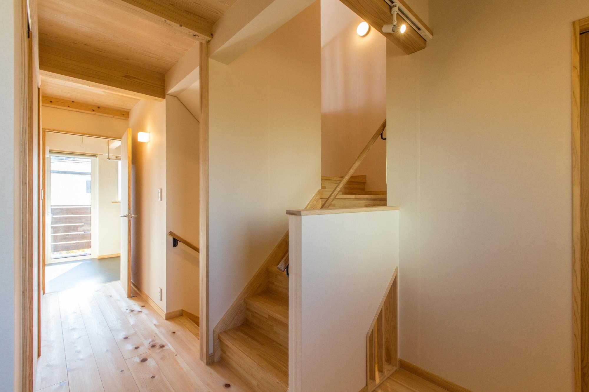 2階はプライベート空間。階段の一部を開口にしてあかり取り。