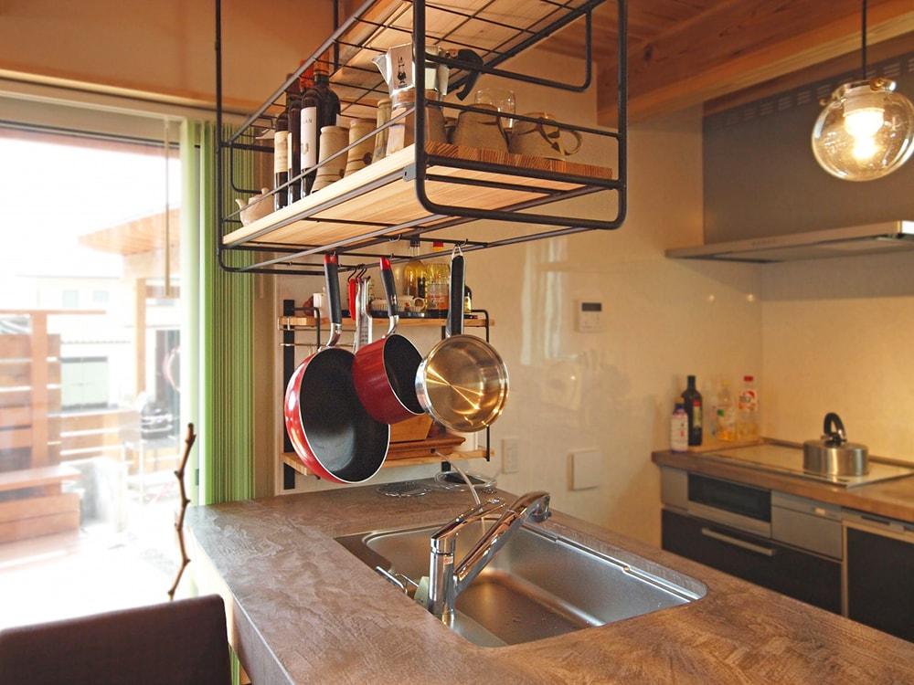 モールテックスは落ち着いた焦げ茶を選び、クールでタフに使えるキッチンに。