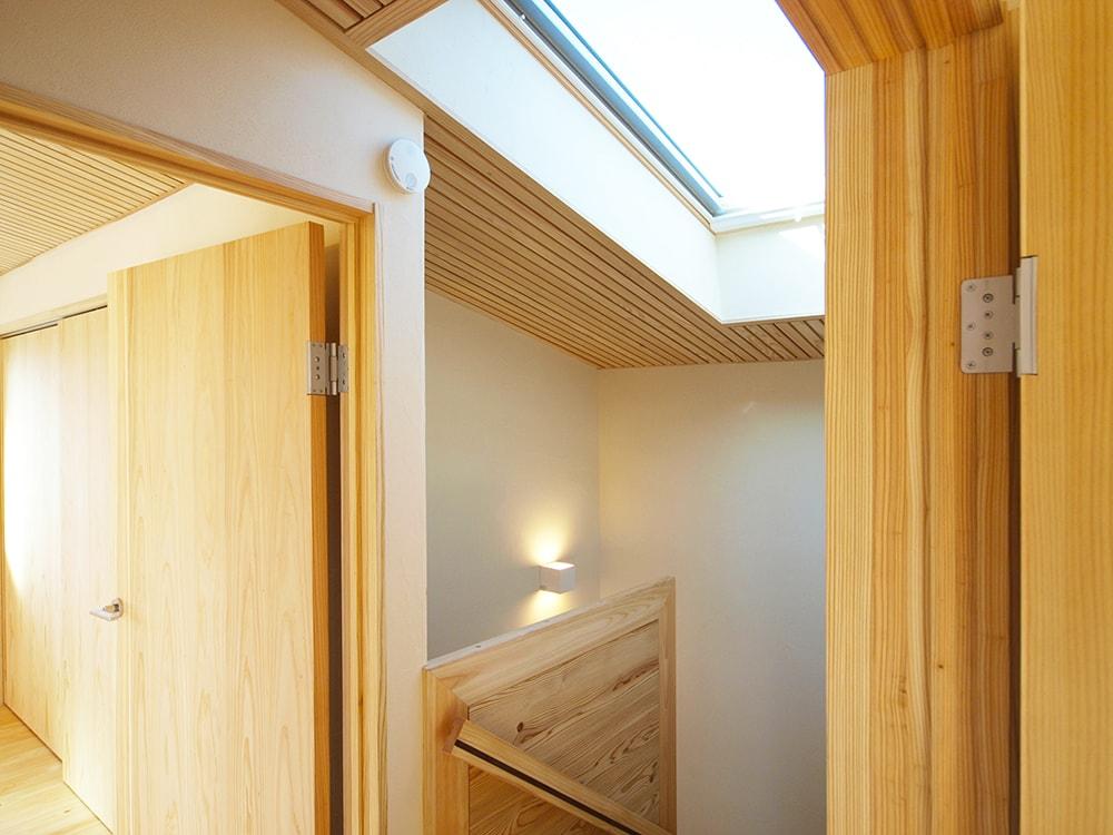 階段室に天窓を設け、明るい階段にすると共に、夏場の一階の熱を排出し、エアコンいらずの環境を作る。