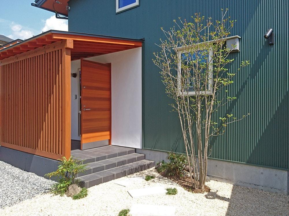 玄関周りは高知の漆喰で、道路から玄関が丸見えにならないように、ポーチには桧の格子を。