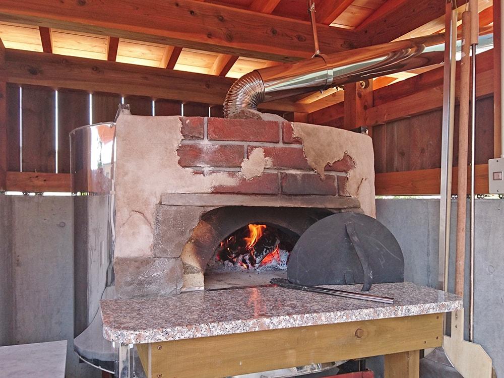 ピザ窯にはモルタル造形で飾り付けさせていただいた。