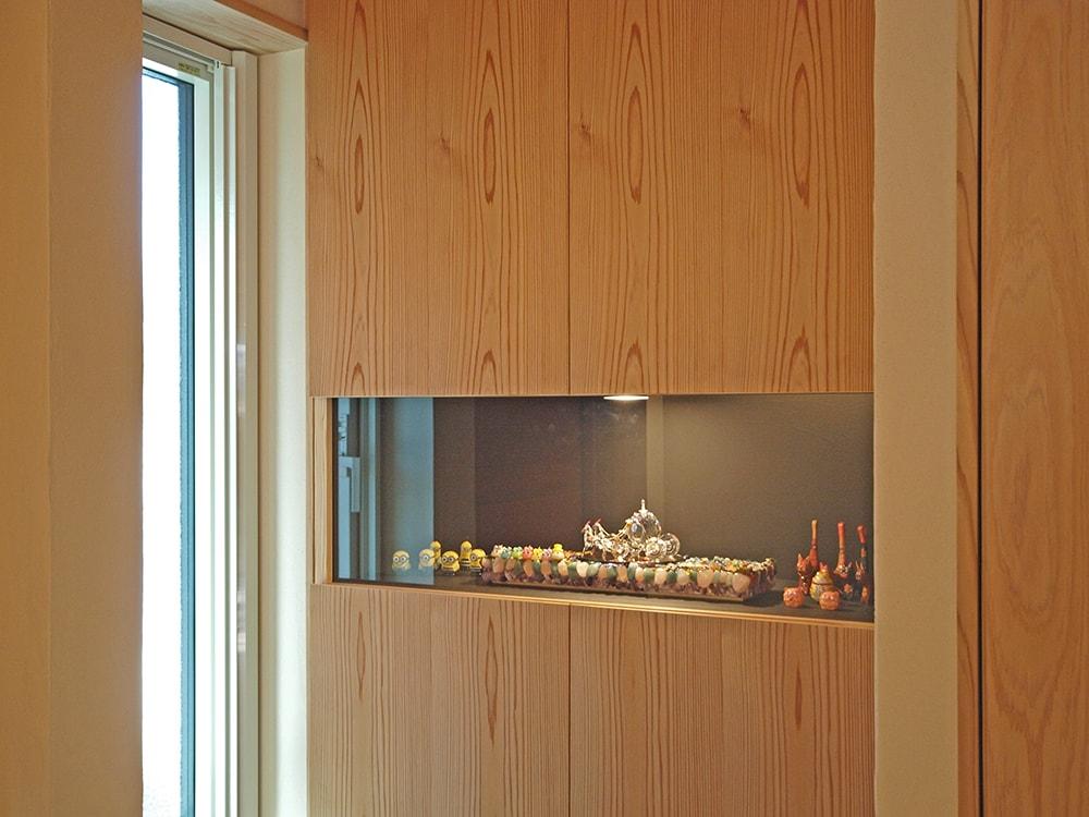 玄関にはスワロフスキーを飾ることができる作り付け収納を設けた。