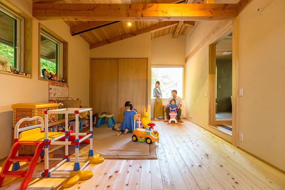 二階の子供室からは、屋根の上のスカイバルコニーに出ることが出来る。