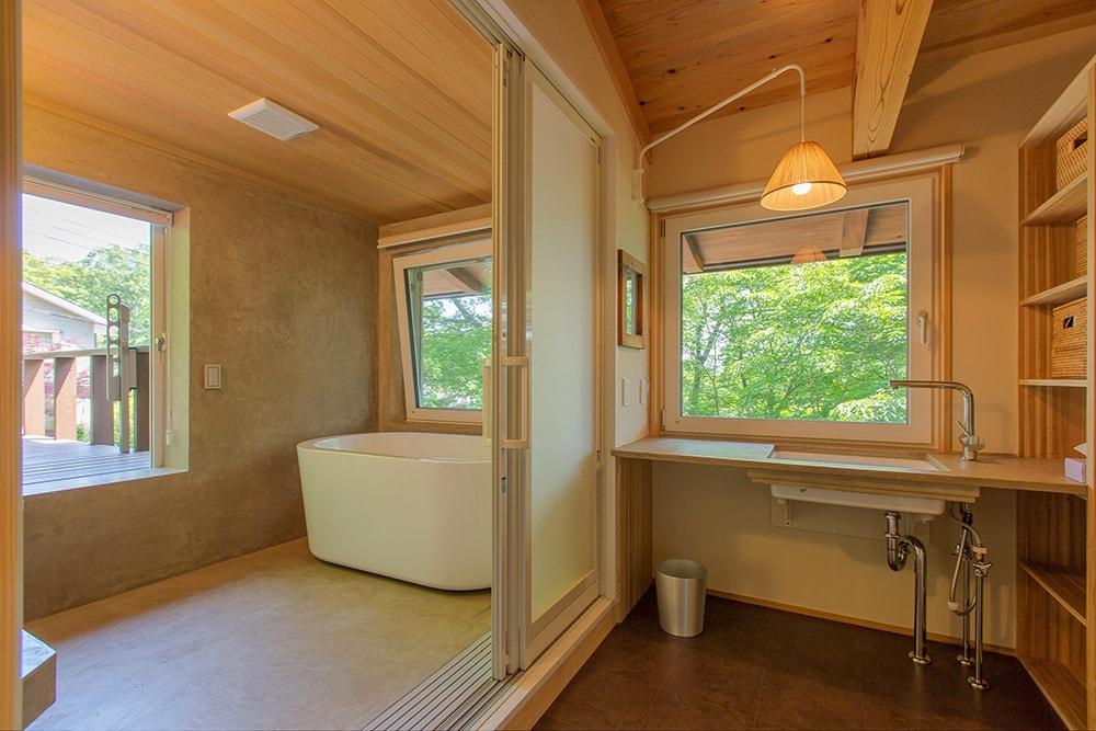 浴室の床と壁、洗面化粧台のカウンターもモールテックス仕上げによる造作。