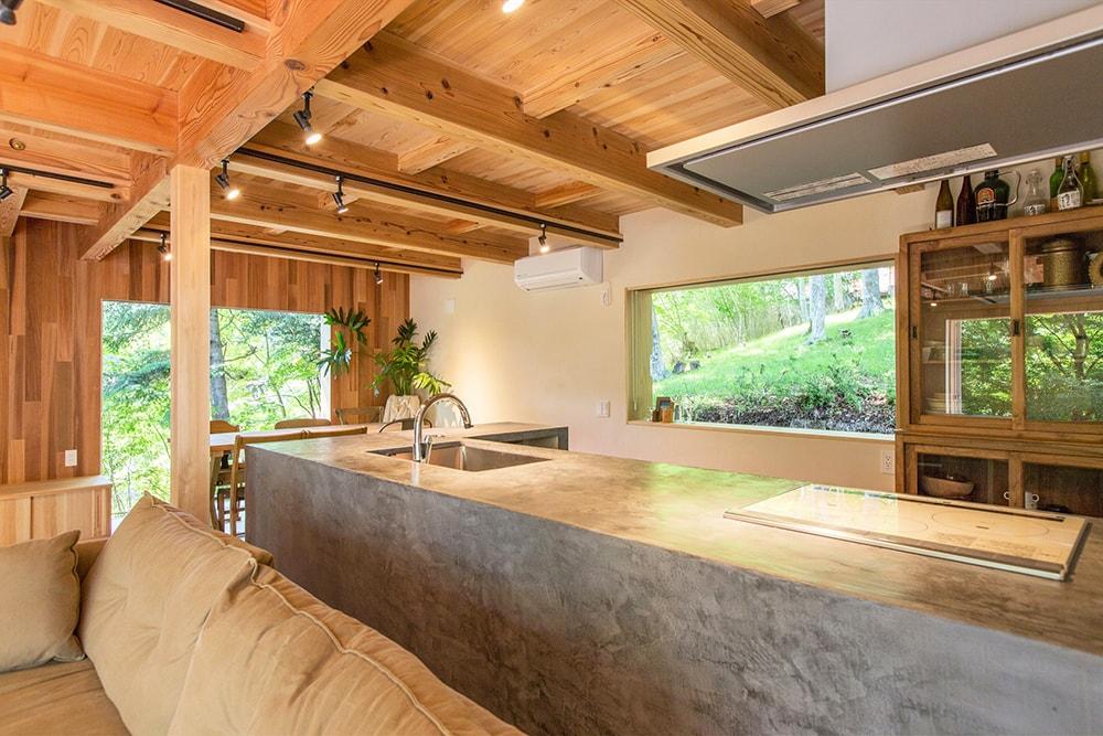 キッチンは、ベルギーの左官材、モールテックスによる造作。