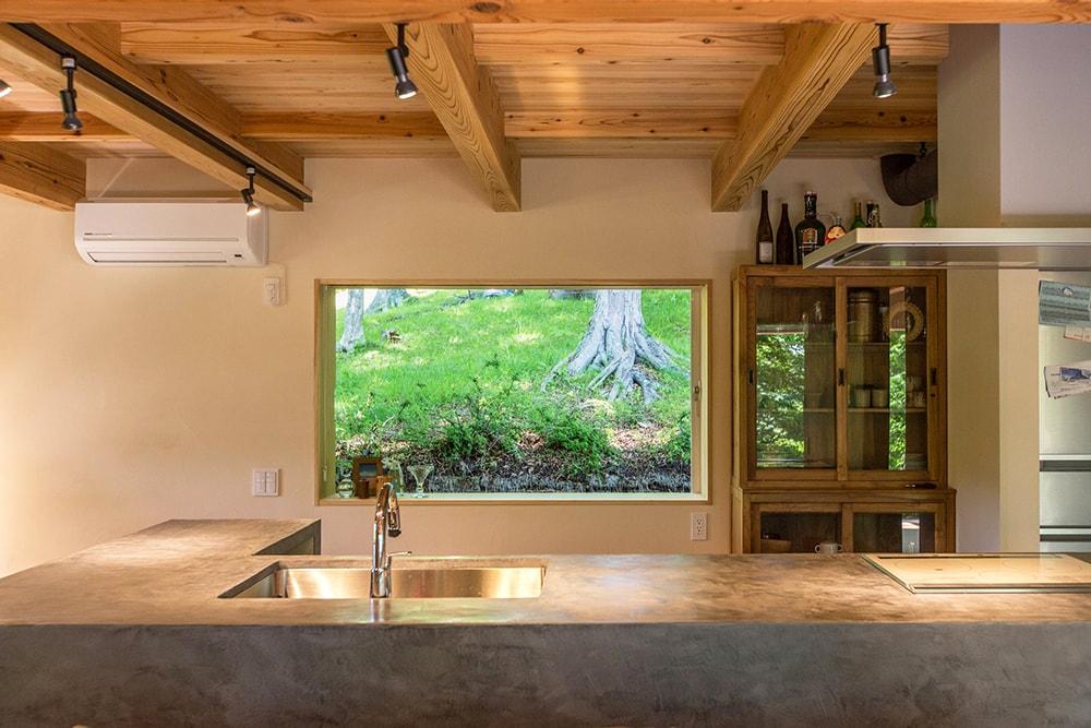 キッチン後ろの窓も2mの引込戸。まさにピクチャーウインドウ。
