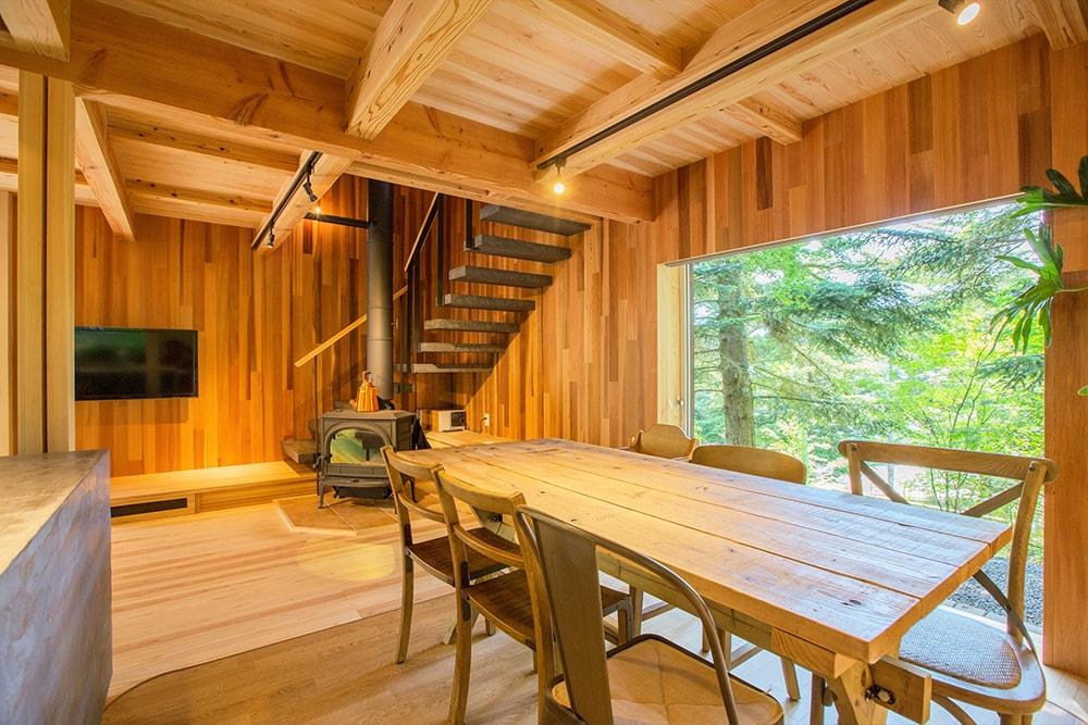 リビングに設けた薪ストーブの後ろの階段は、木造の跳ね出し階段のモールテックス仕上げ。