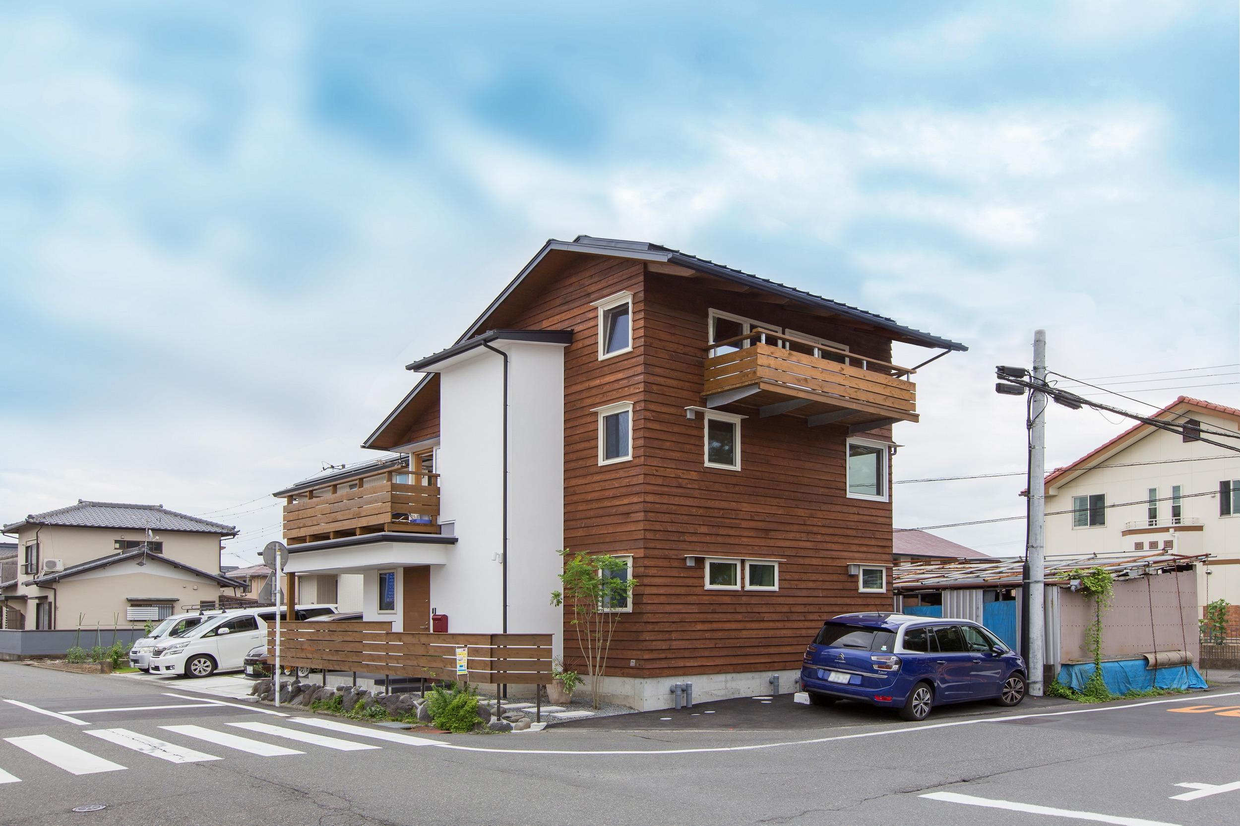 市街地の交差点に建つ木と漆喰の自然素材の家。地域のランドマークとなってゆくだろう…。