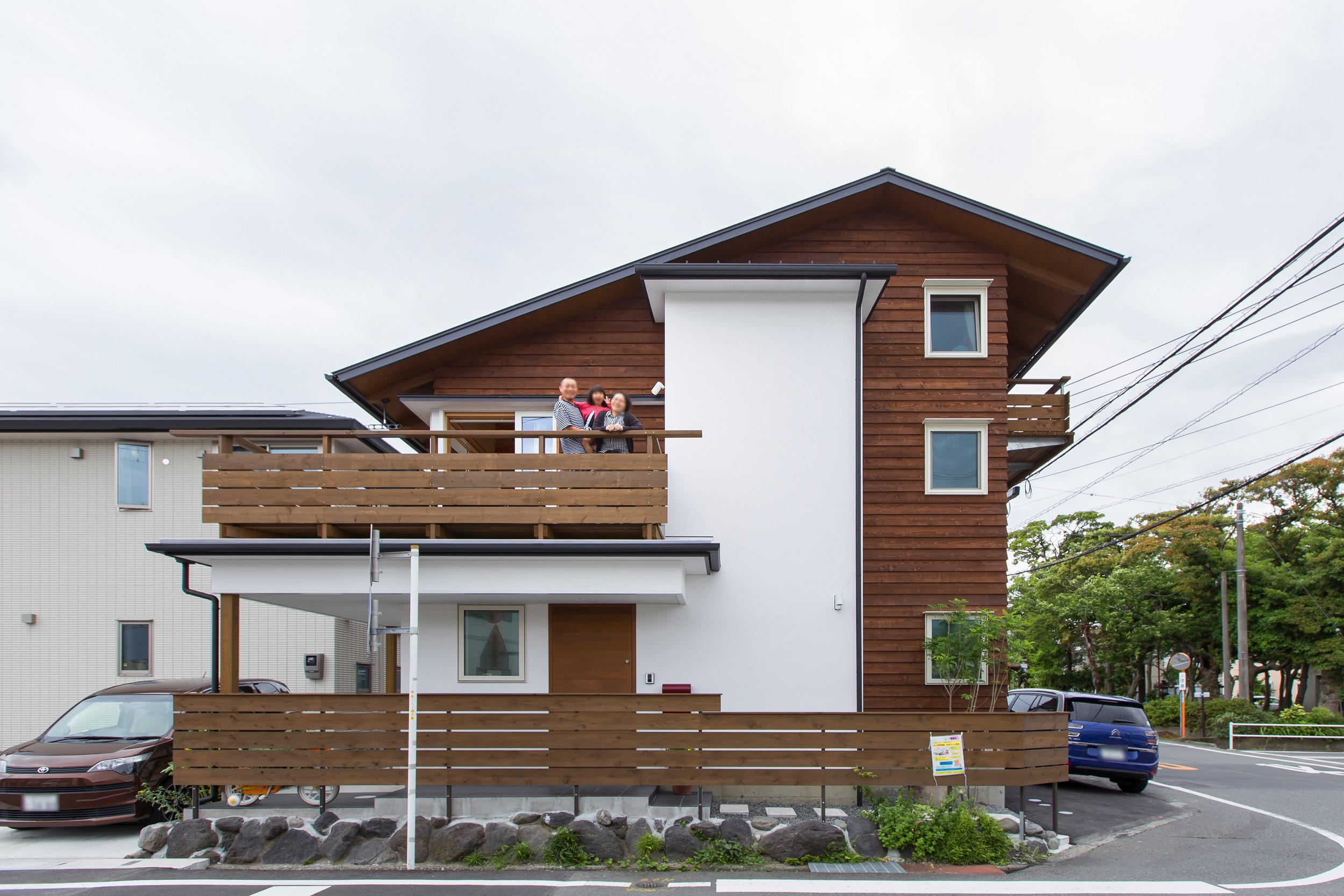 採光があまり望めない分、屋根をへの字にし、屋根面での空気集熱を取り込むパッシブソーラーシステムを採用。