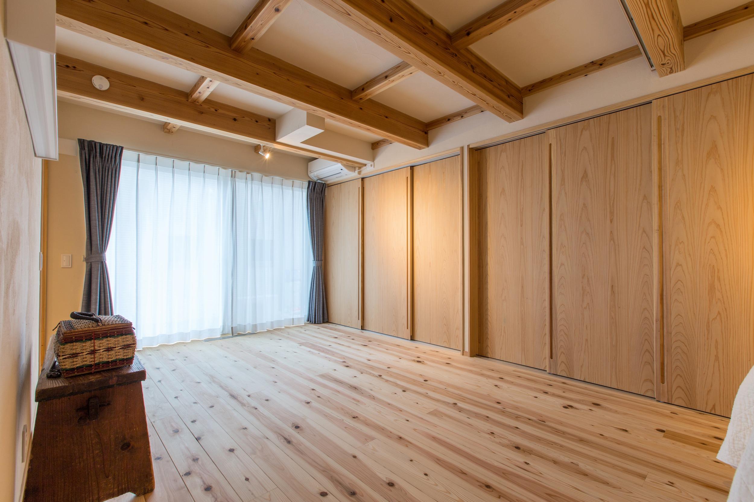 一階の寝室。採光は殆ど無いが、高い断熱性とパッシブソーラーシステムによって寒くない。