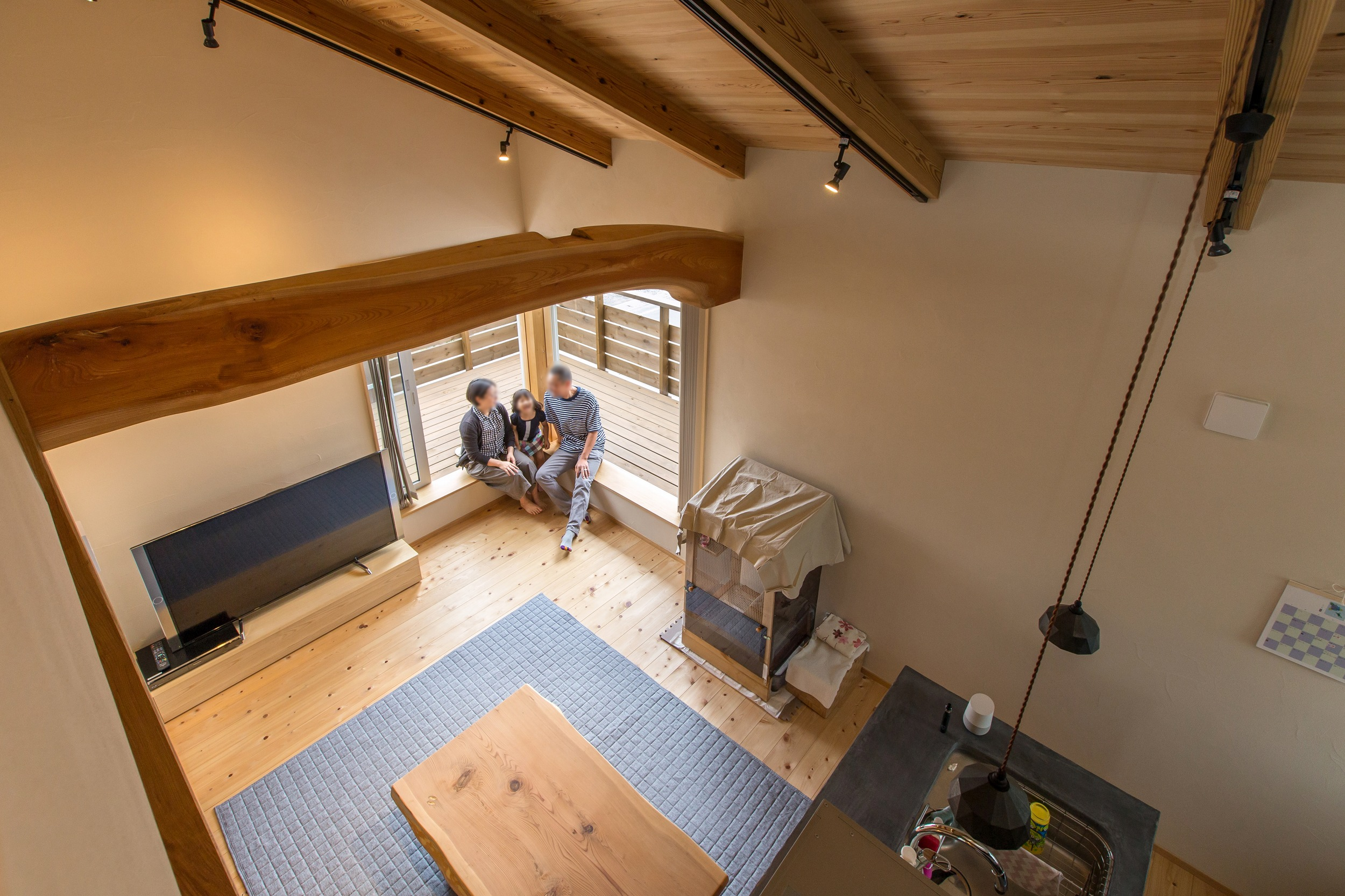 ロフトからリビングを見下ろす。二階リビングは庭との繋がりが無いが、ルーフバルコニーを設けることで、広々と外部とつながる。