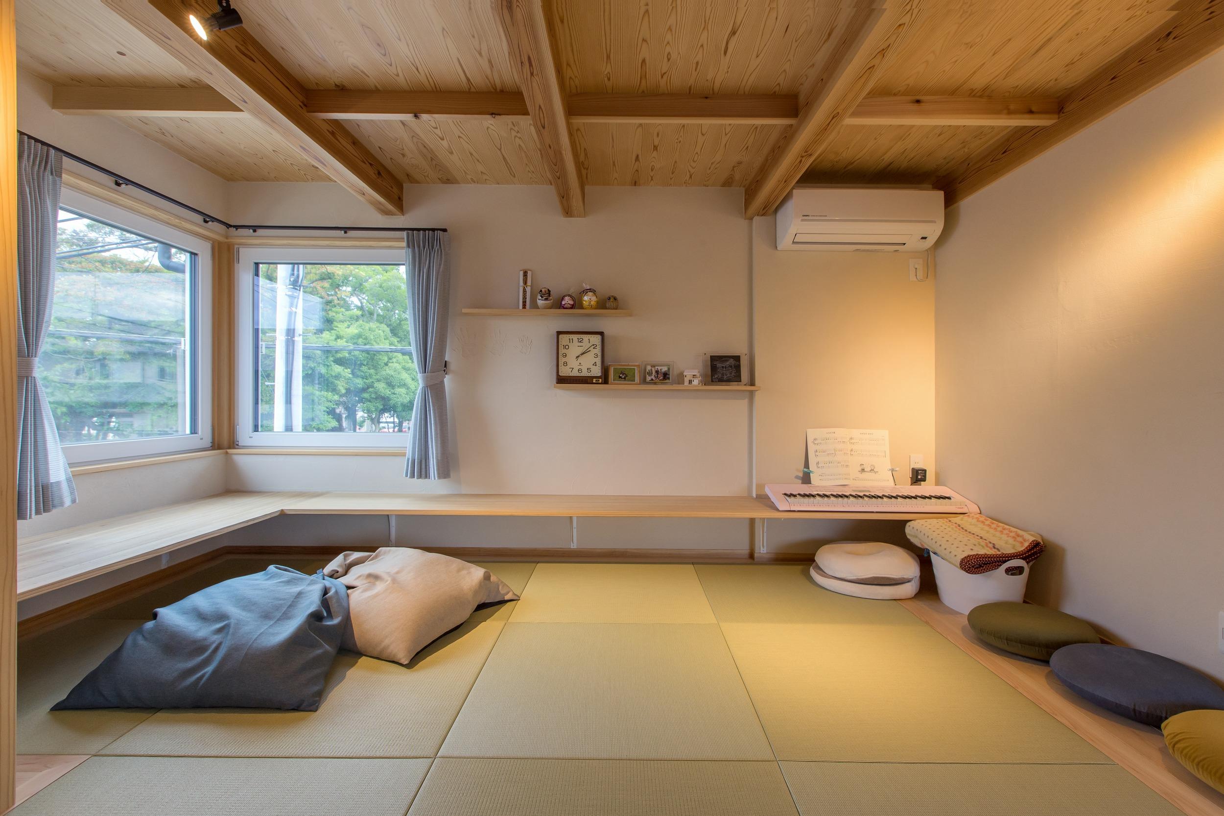 畳スペース。大きなドレーキップ窓からの神社の借景が気持ちがいい。