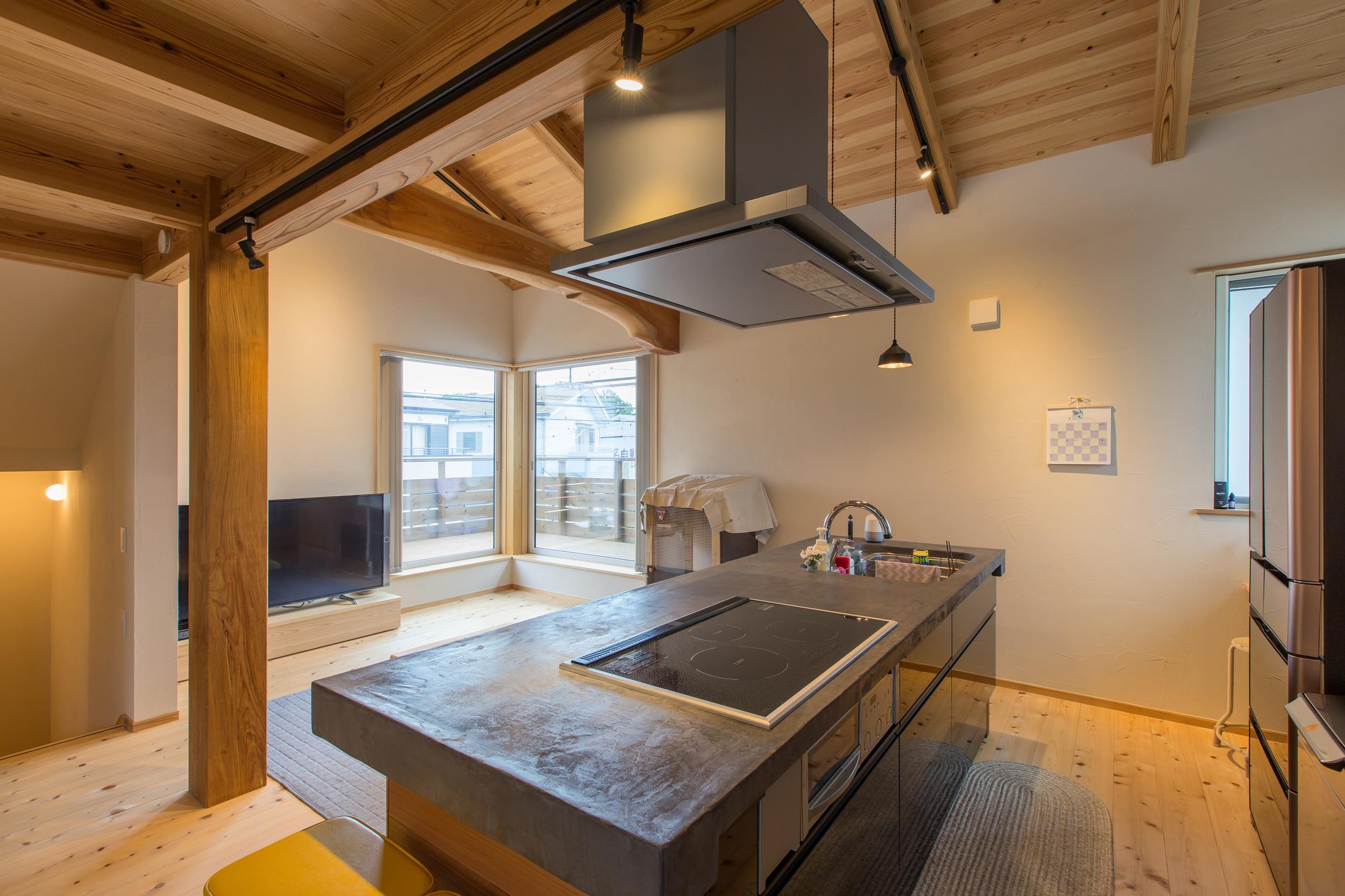 LDKの中心となるアイランドキッチンは、天板をモールテックス仕上げに。