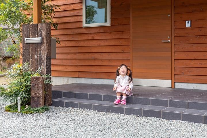 自然素材の外壁が、ゆっくりと経年美を増してゆくように、おチビさんもゆっくりと素敵な女性に育っていってほしい。