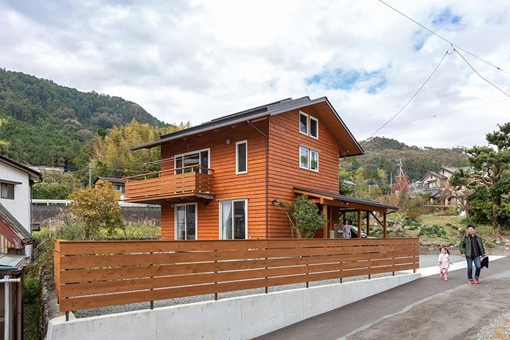 南隣家が近いので、二階リビングとして、リビングに面して南と西にL字型のベランダを設ける。