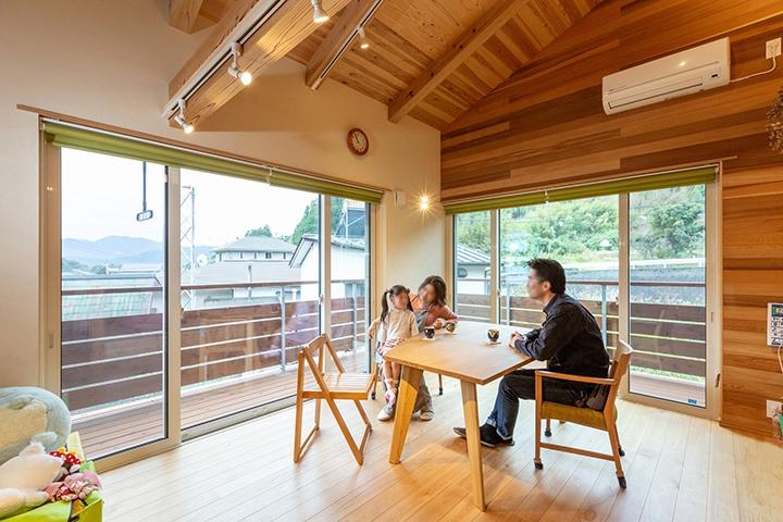二階リビングで明るいダイニングは、高性能の窓でポカポカ。