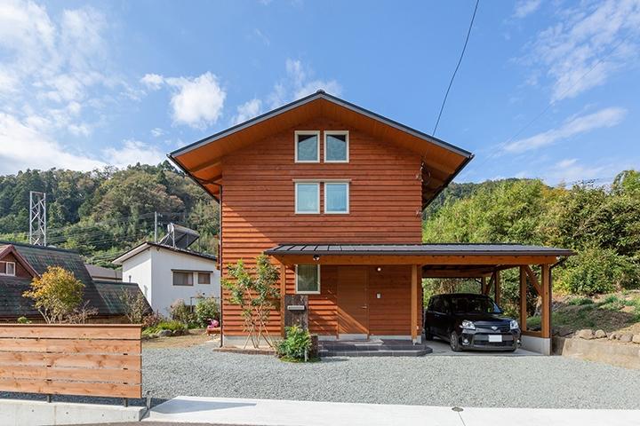 下屋の切り妻屋根も含め、深い軒が印象的なデザイン