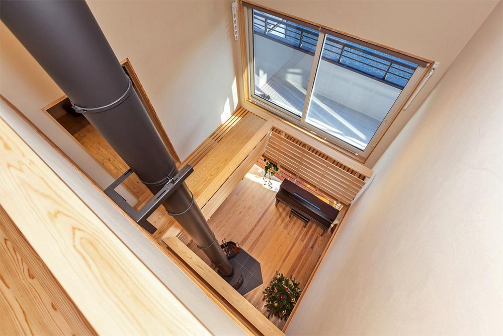 吹抜けはロフトまで繋がり、一階と二階にはそれぞれ大開口のトリプルガラス樹脂サッシを配置し、家中が明るい。