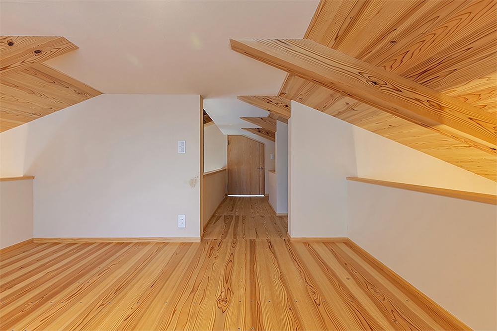 ロフト。正面(奥)は寝室のロフトなので、ドアで間仕切る。