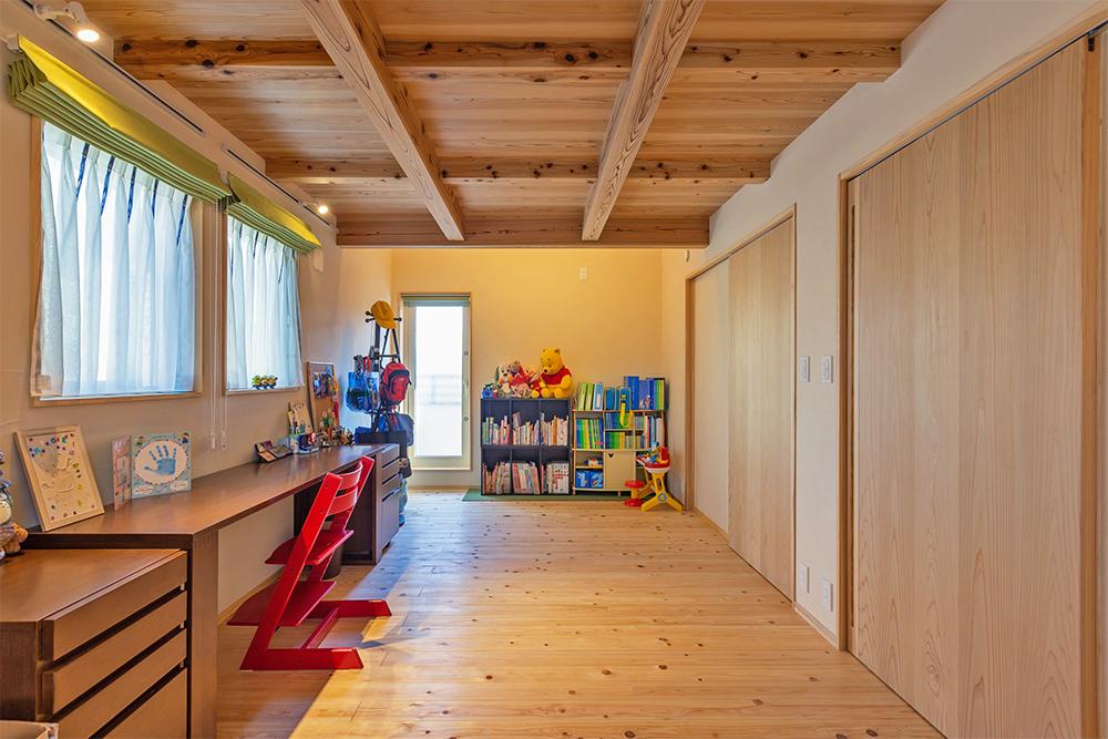 子供部屋。将来二部屋に仕切ることができる様にドアも2つ設ける。