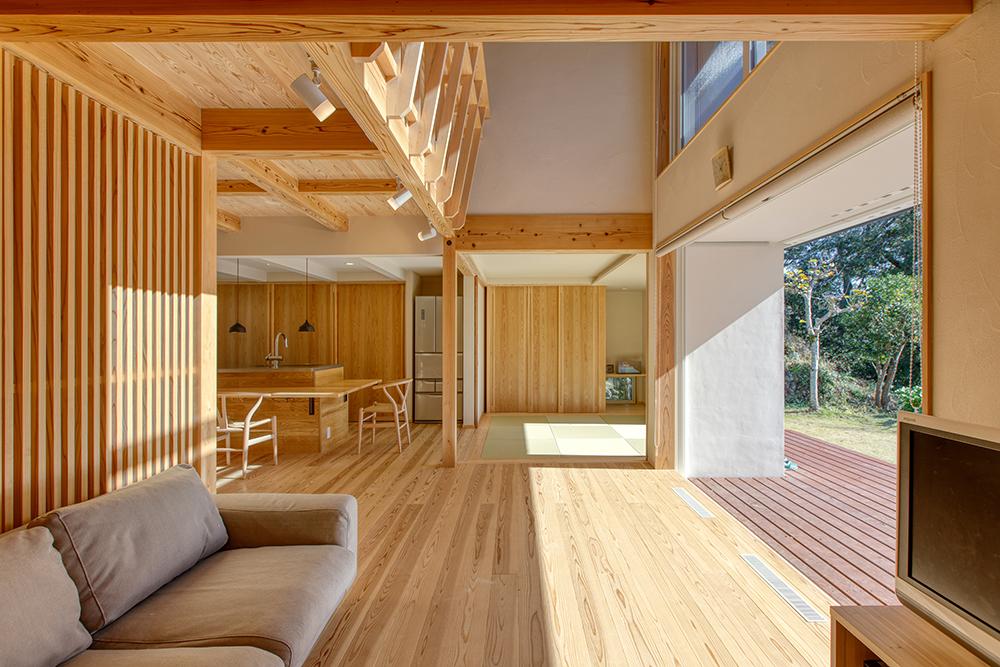 庭へと続くアプローチには、建替え前の家で使われていた伊豆石を再利用。