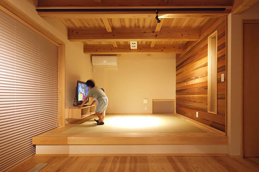 小上がりの畳コーナー。畳の下は収納になっている。