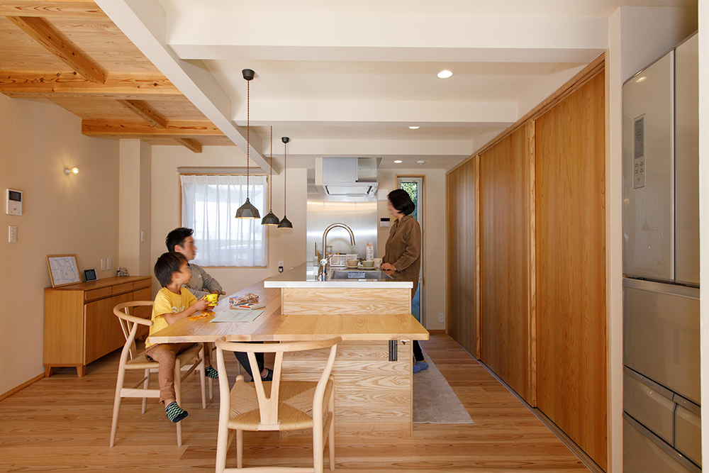 対面式のキッチン。会話をしながら料理を楽しめる。