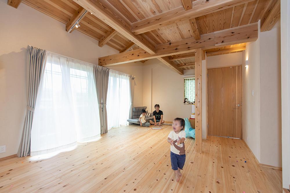 二階のホールは子供の成長に合わせて2部屋に区切ることができる設計。
