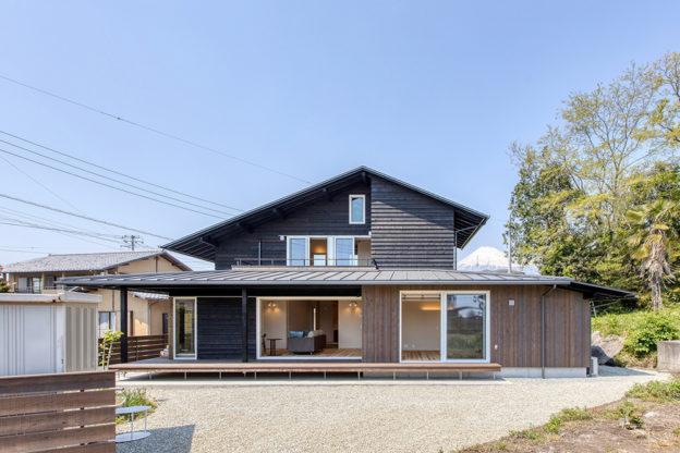 深い軒の大屋根と下屋の大きな寄棟屋根は水平ラインを意識し、化粧材で和風仕上げ。